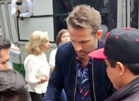 Ryan Reynolds paseó en 'micro' en la CDMX (VIDEO)