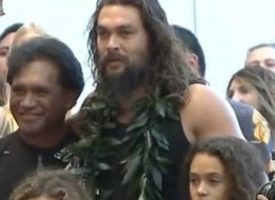 Jason Momoa ¿manosea a su hija? (VIDEO)