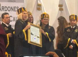 Laura Bozzo recibe Honoris Causa en el Congreso